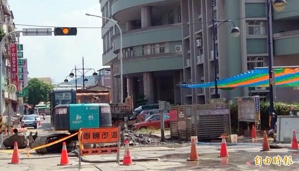 南投市公所聯繫要道玉井街被封路開挖施工,導致民眾洽公不便衍生民怨。(記者謝介裕攝)