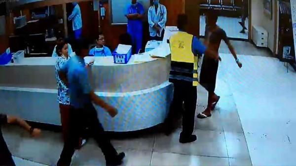余姓男子(上身赤裸者)昨晚酒後在基隆長庚醫院鬧事,干擾看診,院方表示將提出告訴。(基隆長庚醫院提供)