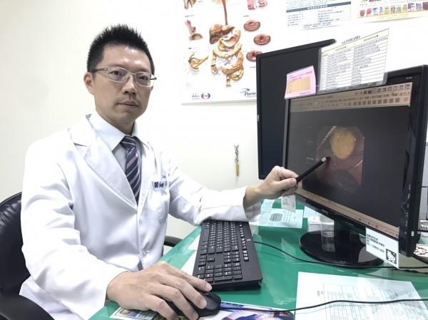 烏日林新醫院胃腸肝膽科主任李傑哲,替孕婦患者進行「內視鏡逆行性膽胰管攝影取石術」。(烏日林新醫院提供)