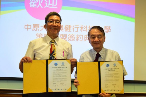 健行科技大學校長李大偉(左)與中原大學校長張光正(右)簽訂兩校策略聯盟合約。(健行科技大學提供)