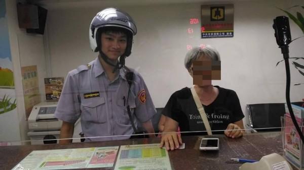 吳姓婦人(右)接獲詐騙電話,差點匯出30萬,警員趕到制止,避免她匯出老本。(記者吳仁捷翻攝)