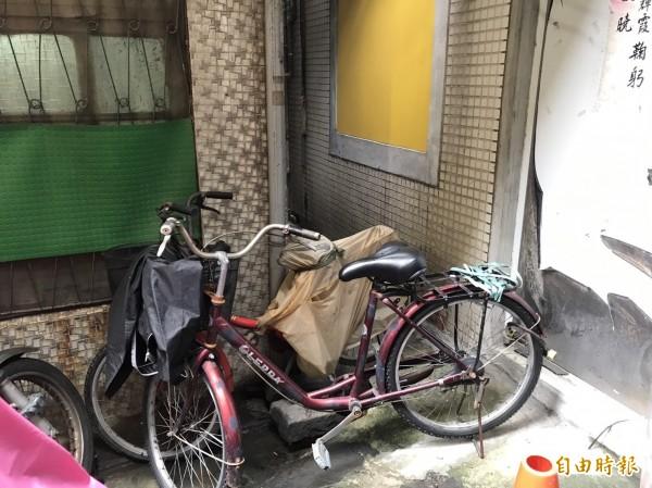 居民利用腳踏車擋住巷口,避免街友躲在巷內吸毒。(記者王宣晴攝)