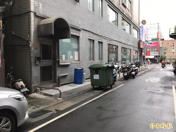 該窄巷是學童上學必經捷徑。(記者王宣晴攝)