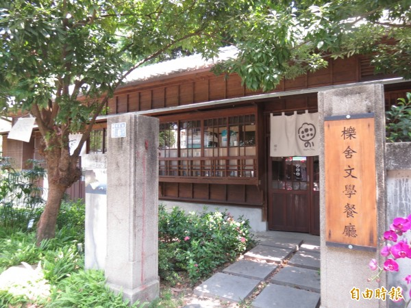以詩歌和春光佐茶!台中文學館文學餐廳以文學入菜,讓人吃到文學味。(記者蘇孟娟攝)