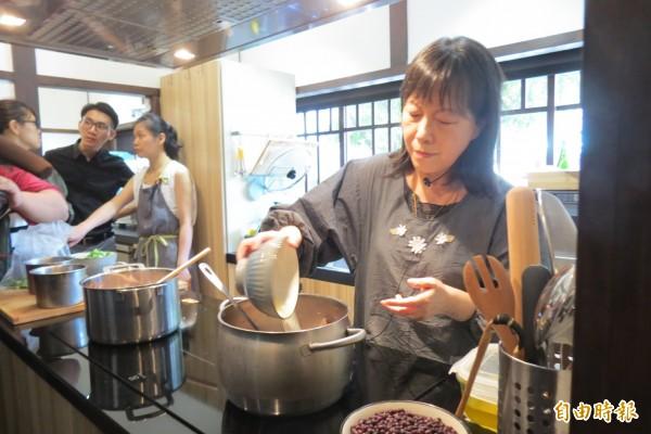 作家廖玉蕙應邀在文學廚房烹調家常菜。(記者蘇孟娟攝)