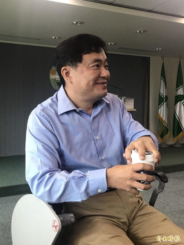 民進黨秘書長洪耀福今天宣布替黨工加薪。(記者蘇芳禾攝)