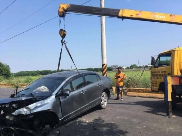 自小客車自撞,車頭嚴重受損,但駕駛毫髮無傷。(擷取自「綠豆嘉義人」網站)