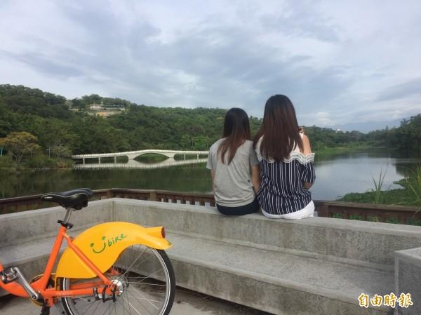 騎微笑單車遊新竹市青草湖八大景不再是夢想了!新竹市青草湖YouBike站15日啟用。(記者洪美秀攝)