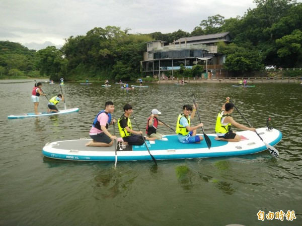 新竹市青草湖除有微笑單車設站,也能在湖面玩立式划槳,體驗不一樣的新竹八景之一。(記者洪美秀攝)