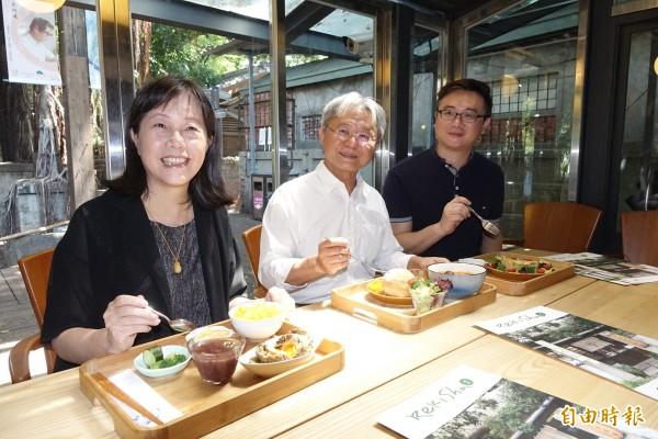 台中文化局長王志誠(中)、知名作家廖玉蕙(左)和文學餐廳總監繁運隆(右)出席為文學餐廳「掛保證」。(記者廖耀東攝)