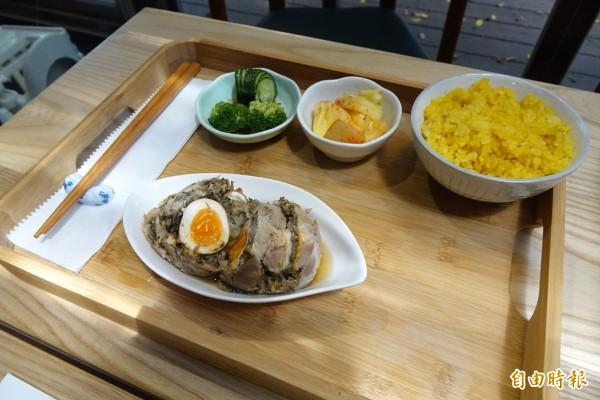 陳千武文學套餐,菜色:梅干蒸肉捲、薑黃飯、季節漬菜、紅豆湯和冷泡茶。(記者廖耀東攝)