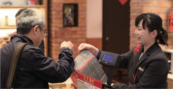 桃園機場采盟免稅商店響應政府,10月起加薪5%,雖然現在觀光不景氣,為了振興員工士氣,今天宣佈自10月1日起所有員工加薪5%。(記者姚介修翻攝)