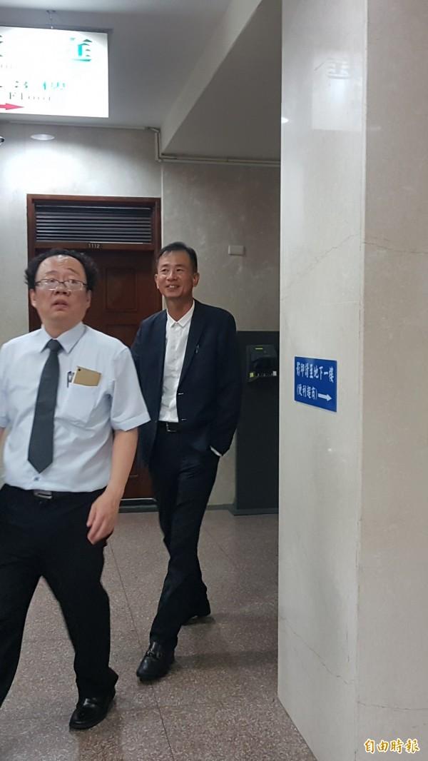 北檢今天傳喚遠雄採購部邱姓副理(右)等2人作證。(記者錢利忠攝)