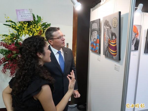 宏都拉斯駐台大使謝拉與宏都拉斯畫家亞莉安娜‧加勒(Ariana Gale)討論畫作。(記者呂伊萱攝)