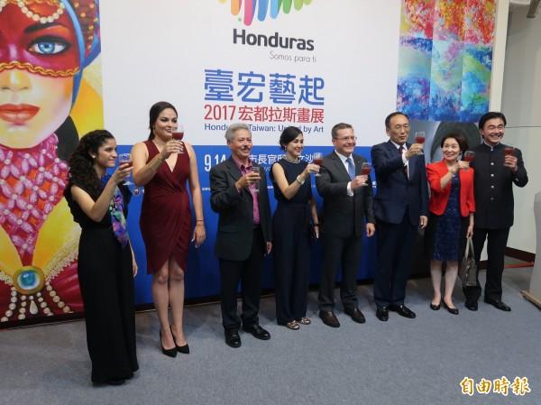 「2017宏都拉斯畫展–台宏藝起」今起在台北市長官邸展出,將持續三天。(記者呂伊萱攝)