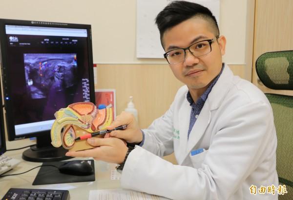 亞大醫院男性性功能中心主任邱鴻傑提醒,男性平時應定時自我檢查睪丸,若觸摸發現疼痛、腫脹,要儘快就醫檢查。(記者陳建志攝)