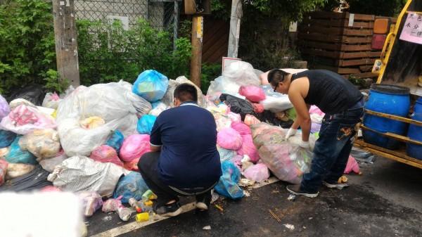 針對杞林路髒亂點,竹東鎮公所清潔隊員昨天花了3個小時,清掉3噸多垃圾,今天一早卻又出現5袋垃圾,引起鄉親共憤。(竹東鎮公所提供)