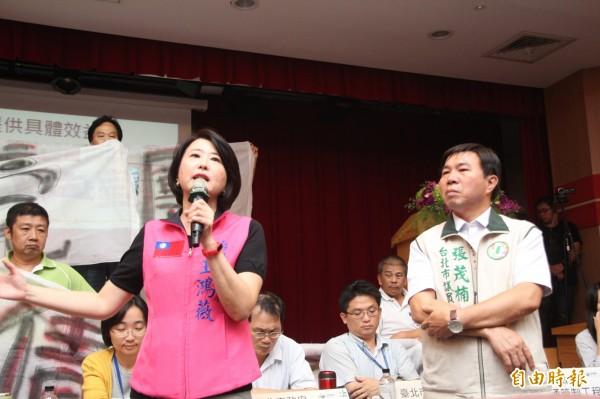 王鴻薇(圖左)說市府很用心提出許多交通方案,但目前都沒有具體改善成果,應該先拿出成果才會召開公聽會。(記者鍾泓良攝)