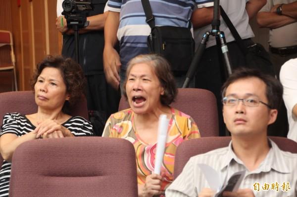 現場居民情緒激昂,不斷有人對台上咆哮。(記者鍾泓良攝)
