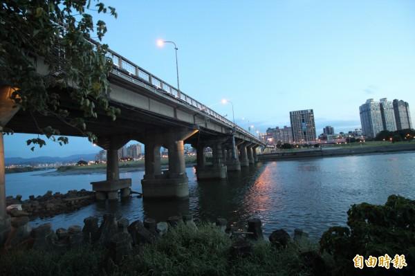 連結新北市永和區與台北市的中正橋是台北市最老的橋樑,舊名為「川端橋」,於2015年3月指定為歷史建築。(記者鍾泓良攝)