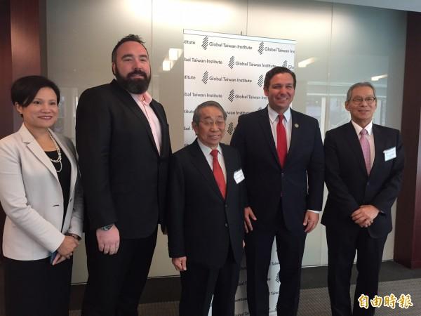 美眾議員迪桑提斯(右二)今天在「全球台灣中心」演說時自承是台灣少棒迷。(記者曹郁芬攝)