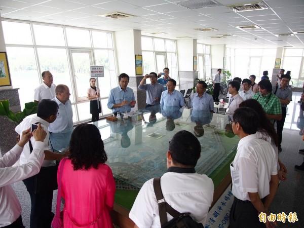 水公司今邀請印尼及羅馬尼亞業者參訪澄清湖高級淨水場。(記者陳文嬋攝)