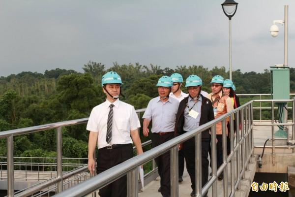 水公司今邀請印尼及羅馬尼亞業者參訪澄清湖淨水場。(記者陳文嬋攝)
