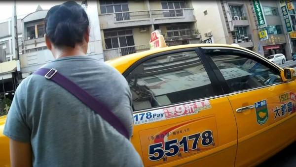 警方替婦人叫了計程車。(記者王捷翻攝)
