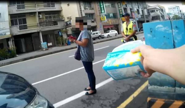 警員見到婦人哭泣,拿面紙安慰她。(記者王捷翻攝)