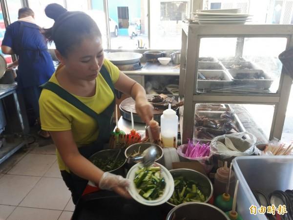 許家莊牛肉麵復興店家分工合作,為食客烹煮最好吃的美味。(記者陳賢義攝)