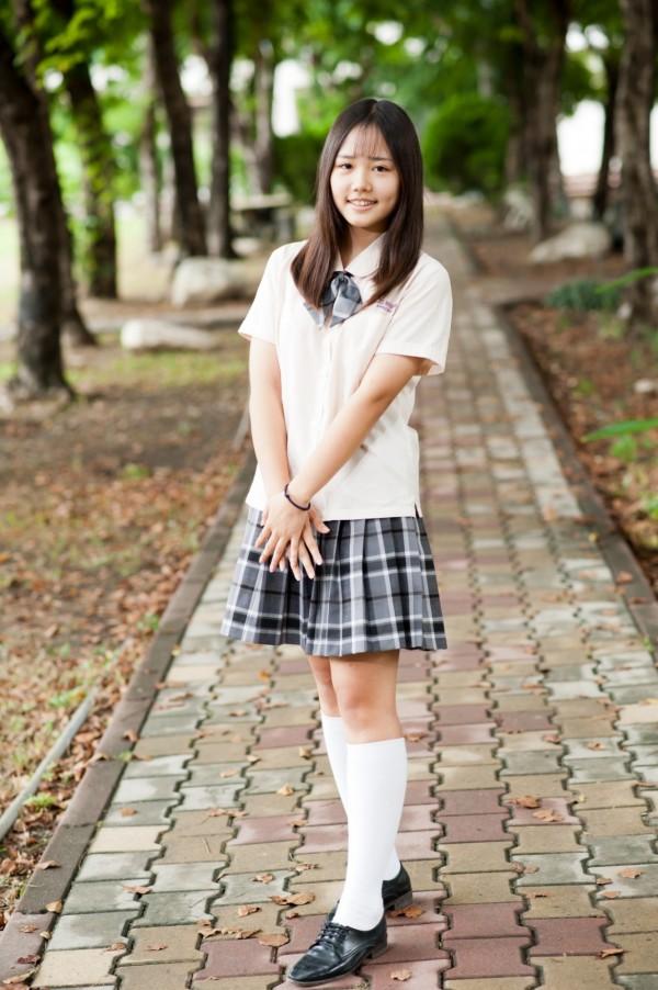 慕芷瑄是新科全國技能競賽金牌得主,她專業認證,小圓領跟蝴蝶結散發青春可愛的氣息。(三民家商提供)