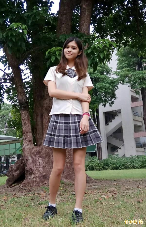 身材高䠷、酷似混血兒的郭俞汝認為,灰黑白色格子裙隱藏淡咖啡色,更顯出唯美感。(記者洪定宏攝)