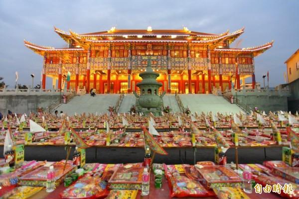 彰化清聖宮今年普度受理6500個牌位,用「幽冥支票」代替「金紙」祭拜好兄弟。(記者顏宏駿翻攝)