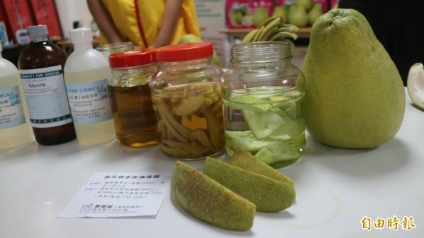 創世基金會花蓮分會今早邀請新南興工業原料及愛妮雅化妝品公司的美容師們,DIY柚子皮清潔劑。(記者王錦義攝)