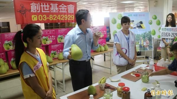創世基金會花蓮分會今早邀請新南興工業原料及愛妮雅化妝品公司的美容師們DIY柚子皮清潔劑。(記者王錦義攝)