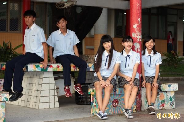 因應南台灣炎熱氣候,東港高中制服選用透氣材質。(記者陳彥廷攝)
