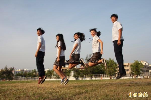 東港高中的校服剪裁合身,學生很驕傲,女生褲裙設計不怕走光。(記者陳彥廷攝)
