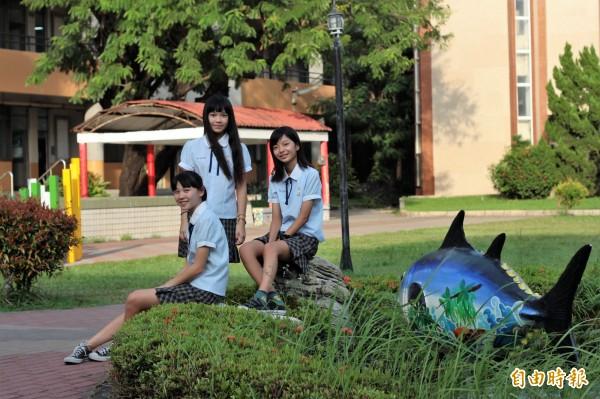 東港高中校園內有黑鮪魚意象的雕塑,和校服一樣充滿濃濃海洋風。(記者陳彥廷攝)