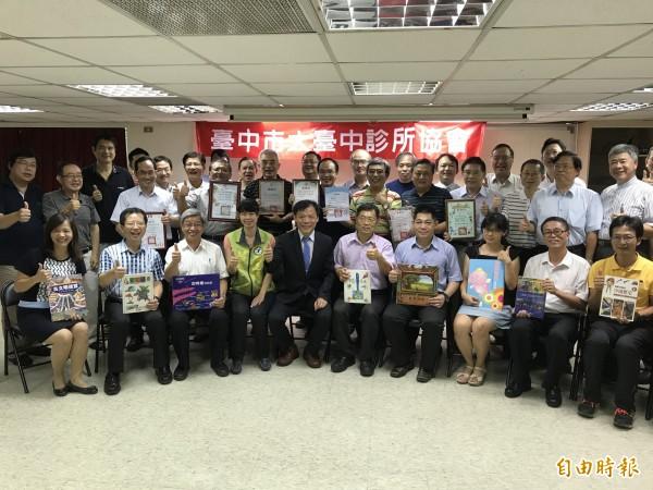大台中診所協會募集2千本2手童書,捐給新社區8所小學。(記者李忠憲攝)