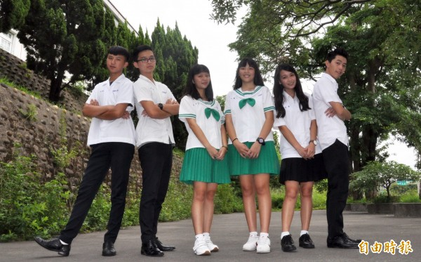 高中部女生夏季制服是白色上衣搭配黑色百褶裙,高職部女生夏季制服則是鮮綠色水手服;男生都是白上衣黑長褲。(記者彭健禮攝)