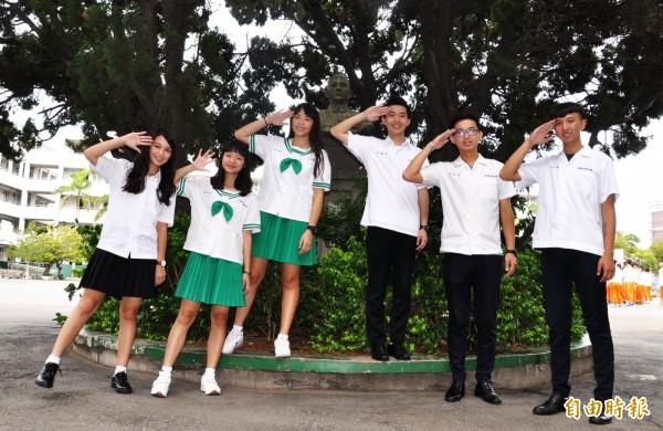 鮮綠色水手服已成學校特色,一看便知是君毅學生。(記者彭健禮攝)