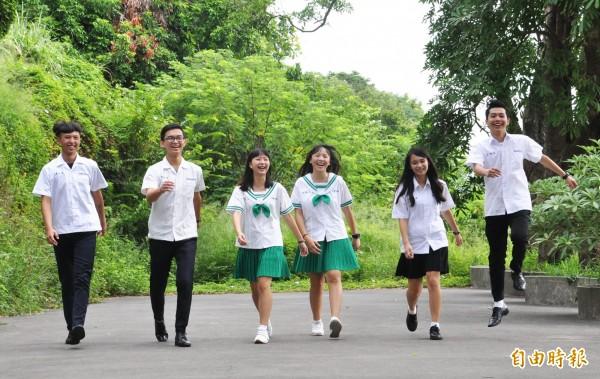 君毅中學有高中部、高職部,高職女學生的鮮綠色水手服相當亮眼。(記者彭健禮攝)