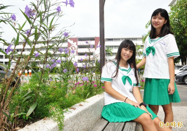 君毅中學高職部女學生鮮綠色水手服亮眼吸睛。(記者彭健禮攝)