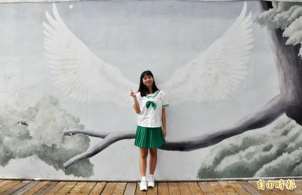 資料科3年級女學生陳妙佳認為鮮綠色制服,展現活潑朝氣。(記者彭健禮攝)