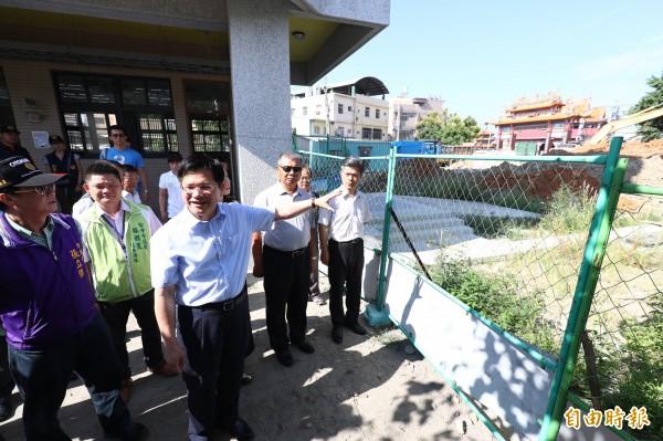 台中市長林佳龍勘察社口國小校舍不足等情形。(記者歐素美攝)
