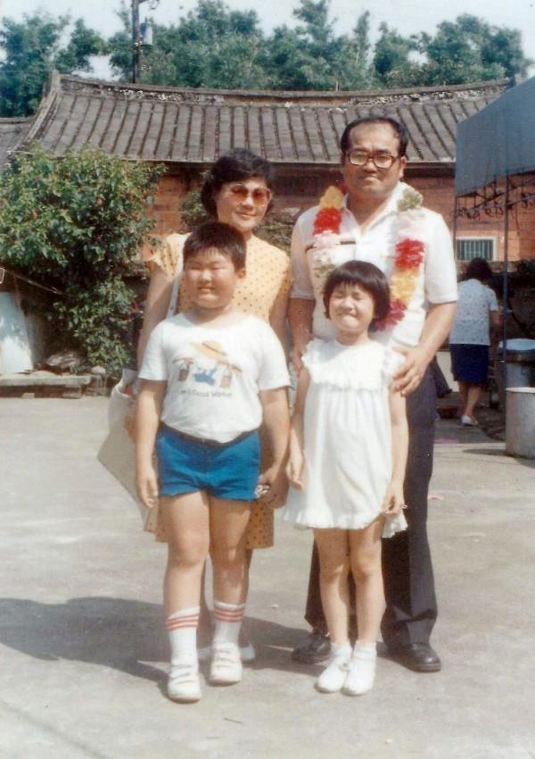 魏筠和父親魏廷朝、母親張慶惠及哥哥的全家福照。(魏筠提供)