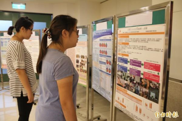 弘光科大舉辦長照研討會,還有專題海報比賽,吸引不少人前往觀看。(記者張軒哲攝)