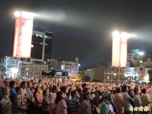 歌聲挺世芳晚會,湧入近2萬人。(記者王榮祥攝)