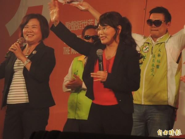 立委劉世芳今晚以英雄聯盟的角色「珍娜」裝扮華麗現身。(記者王榮祥攝)