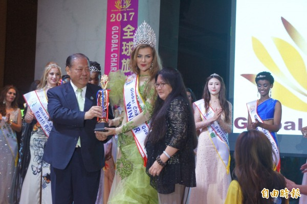 羅馬尼亞小姐榮獲全球旅遊皇后后冠,將肩負宣導澎湖觀光重責。(記者劉禹慶攝)